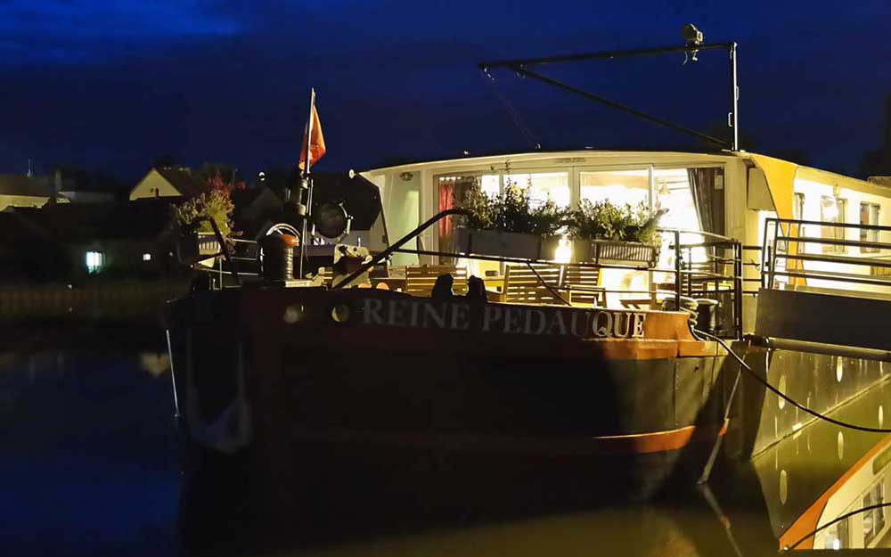 La Reine Pedauque at night in the port of Vandenesse